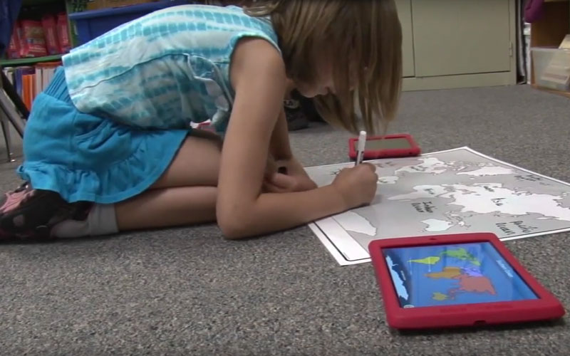 Tempe grade school student works on a maps project in September 2015. (File photo)