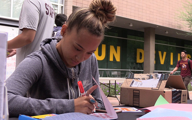 Students write thank you letters to fellow students who are veterans as part of the Salute to Service on campus. (Photo by Fan Wang/Cronkite News)