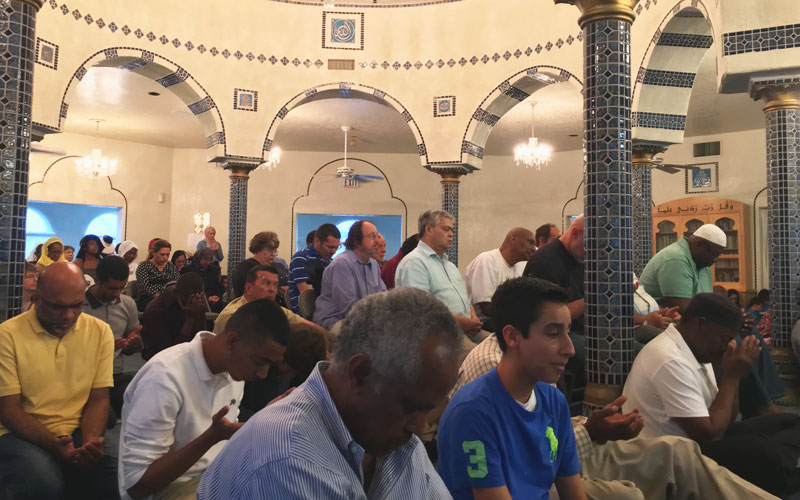 Arizona Muslims attend memorial for Muhammad Ali. (Photo by David Marino Jr./Cronkite News)