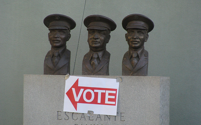 A sign directs people Tuesday to the Escalante Community Center polling place. (Photo by Michelle Chance/Cronkite News)