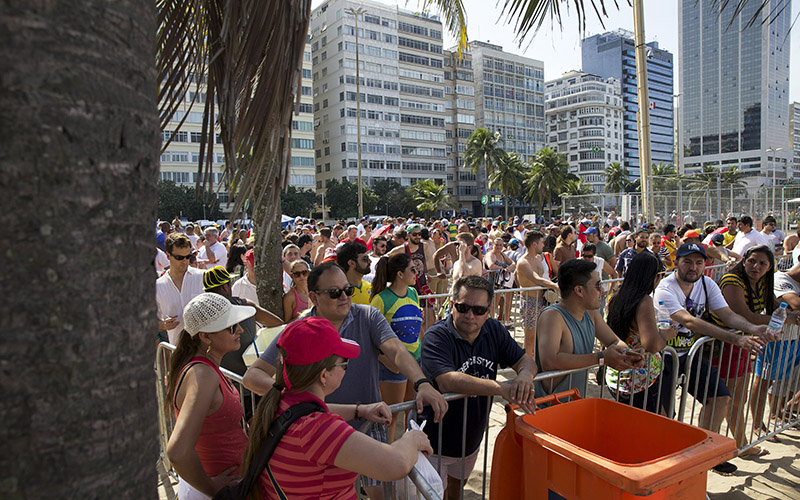 Crowds of people wait in line at Copacabana Beach to buy tickets to the beach volleyball arena on Aug. 6, 2016 in Rio de Janeiro, Brazil. (Photo by Jaclyn Chung/Cronkite News)