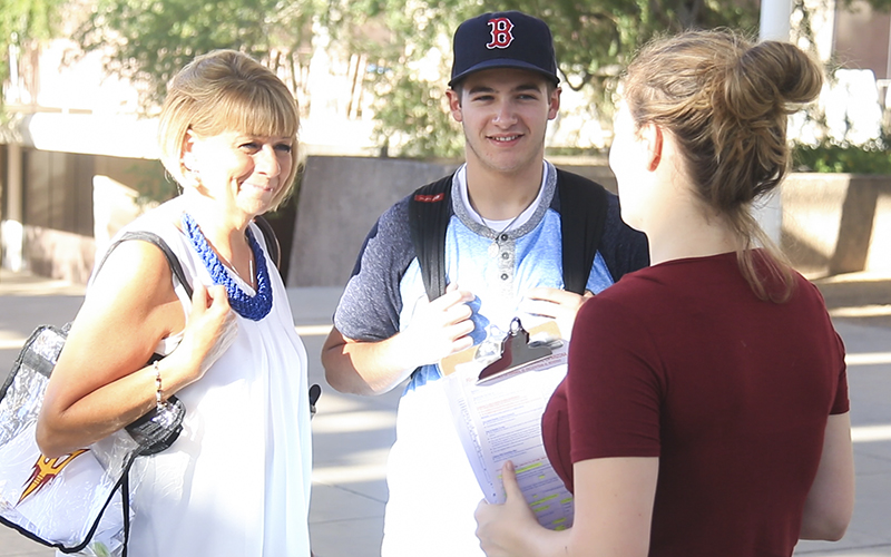 Kaylan Fodor (right) talks to an ASU student about voting on the Tempe campus Friday, Sept. 23. (Photo by Brian Fore/Cronkite News)