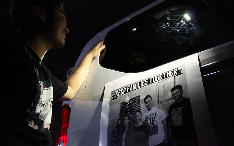 Angel Rayos, 16, tries to talk to his mother Guadalupe Garcia De Rayos who is in a van being taken away by ICE officers. (Photo by Charlene Santiago/Cronkite News)